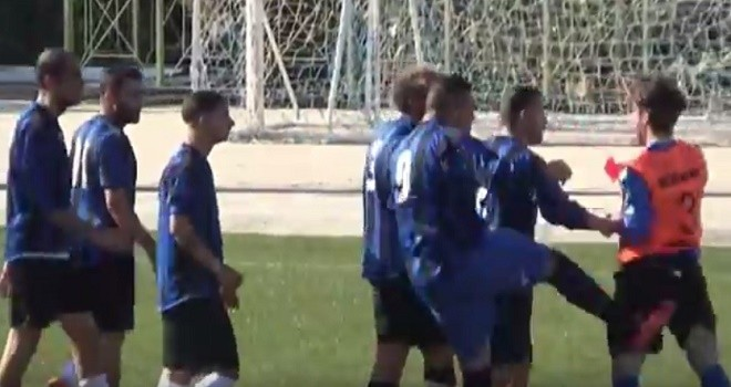 VIDEO, Follia in campo: attaccante aggredisce un giovane arbitro