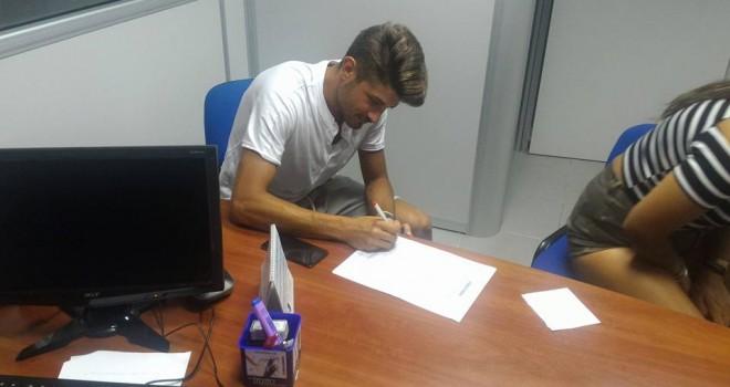 Emilio Varone al momento della firma