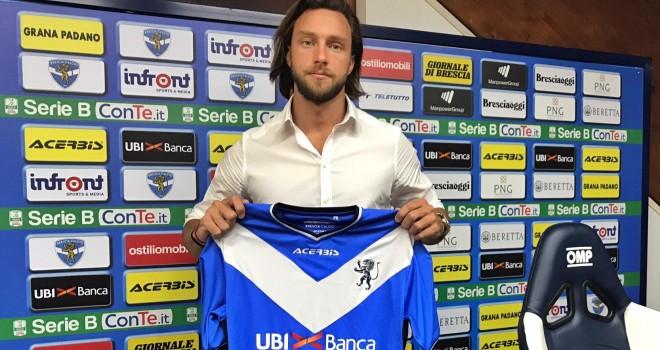 Rinaldi posa con la maglia del Brescia