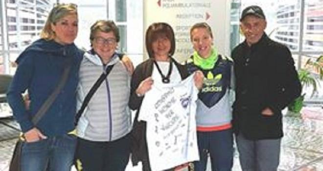 Pino Lopez consegna la maglia della Biellese Femminile alla LILT