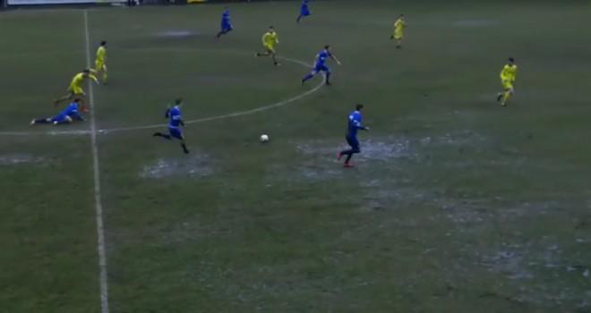 Una fase del match nel fango