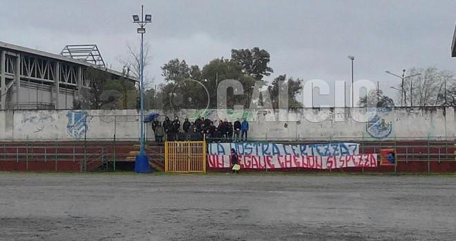 Barra, emozioni sotto la pioggia: ultras del Genoa incitano la Barrese