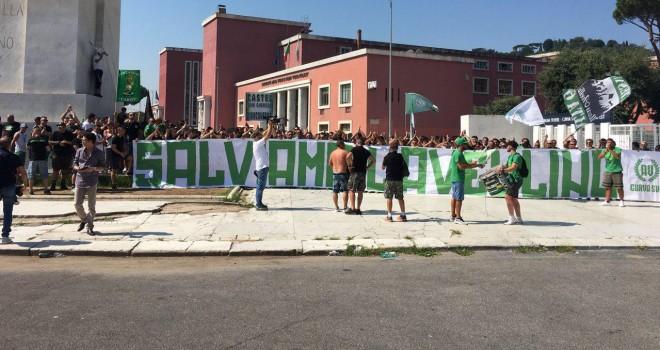 I tifosi dell'Avellino davanti al Coni