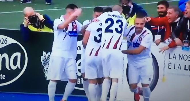 Guaita festeggiato per il gol del 3-1