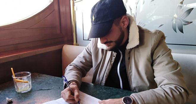 R. Palma al momento della firma