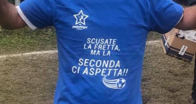 La maglietta celebrativa dei vincitori