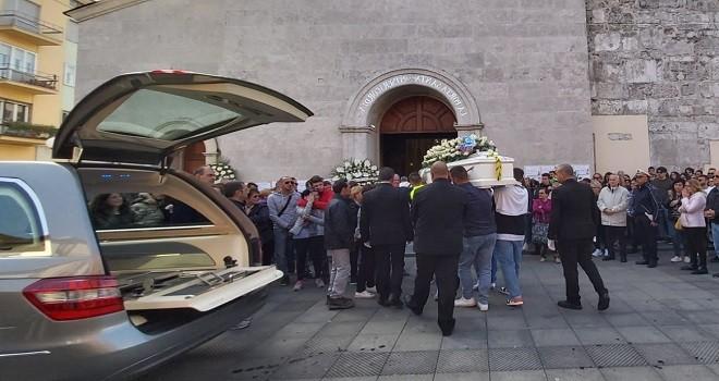 Folla e commozione ai funerali dell'arbitro Gennaro Caraviello