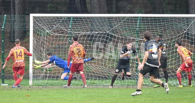 Austoni segna il gol del vantaggio, 1-0
