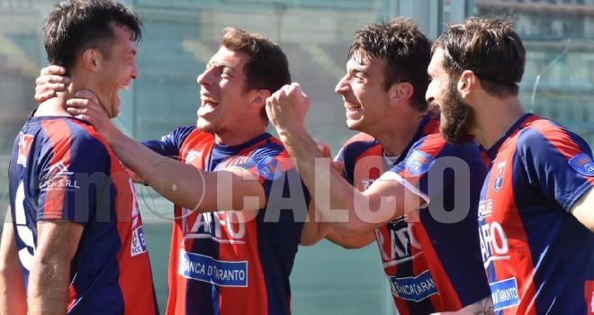 Taranto, esultanza dopo un goal